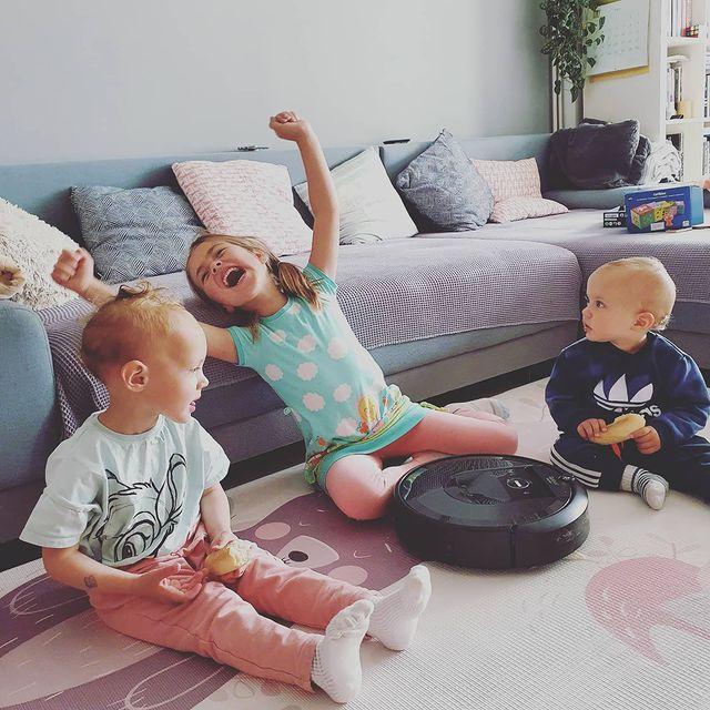 Детската радост трябва да е чиста. Същото важи и за подовете на семействата с деца. Прахосмукачката-роботRoomba® превръща килимите и паркета в места за щастливо пълзене и търкаляне. Тя поддържа подовите повърхности чисти до съвършенство.#irobotroomba#irobot